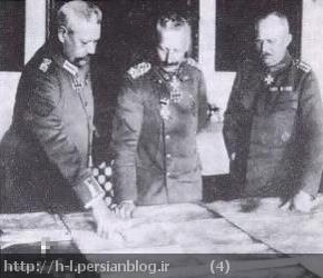 قیصر آلمان، همراه با مارشال هیندنبورگ و ژنرال لودندورف در مرکز فرماندهی در حال بررسی نقشه های نظامی هستند.