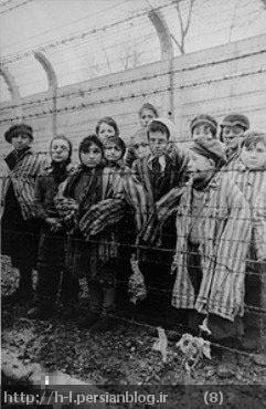 کودکان را در یک اردوگاه آلمانی میبینیم. این بسیار شگفت است! زیرا یهودیان گفته اند که کودکان بیدرنگ بدست نازی ها کشته می شدند! این عکس، همه این گفته ها را رسوا می کند.