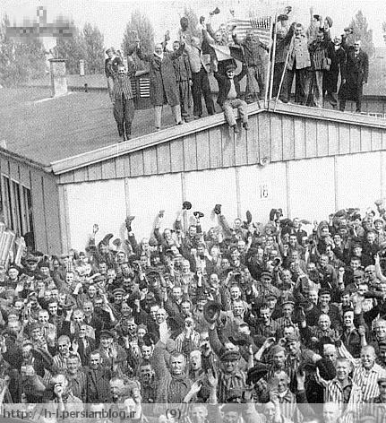 ساکنان اردوگاه داخائو را نشان می دهد که آزاد شدند. همه تندرست بوده و به خوبی تغذیه شده اند! نشانی ازلاغری و بدبختی که متفقین و یهودیان مدام به آن اشاره می کنند دیده نمیشود!